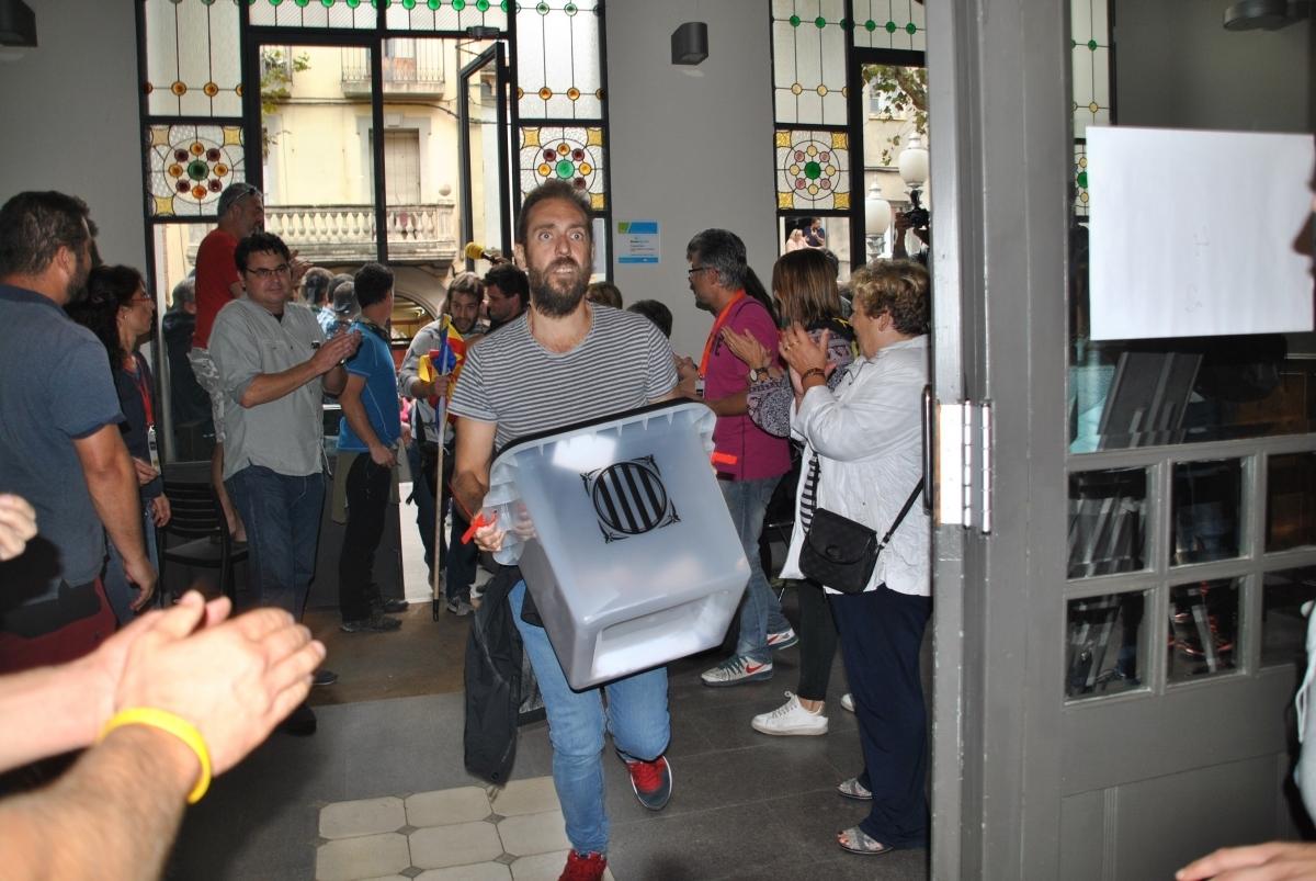 L'entrada de les urnes a l'Ateneu, aplaudida
