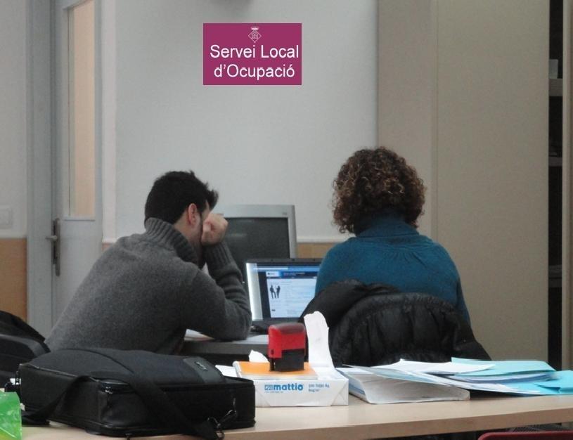 Dos usuaris d'un servei local d'ocupació