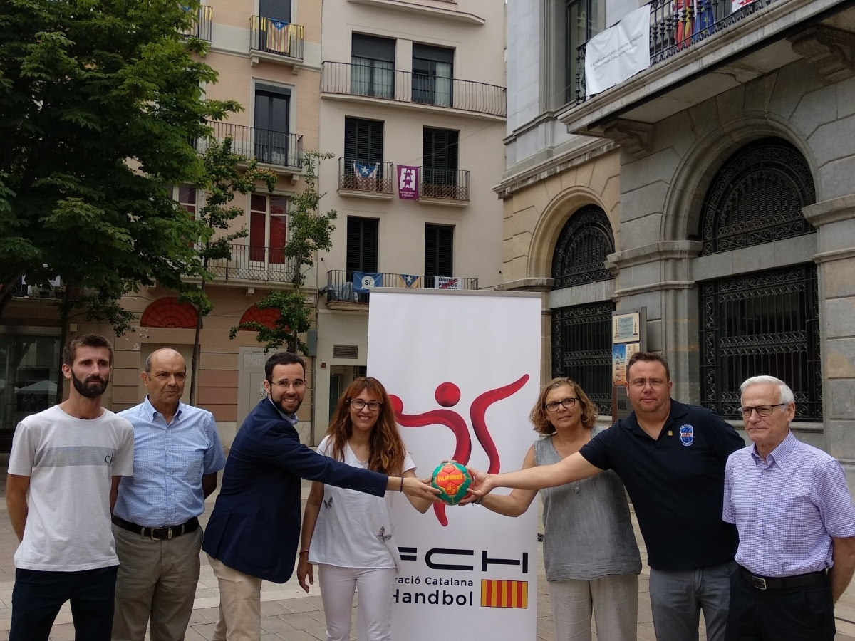 La presentació a la Plaça de l'Ajuntament, amb els regidors, responsables de la federació i membres del CHI FOTO: Maria Moix