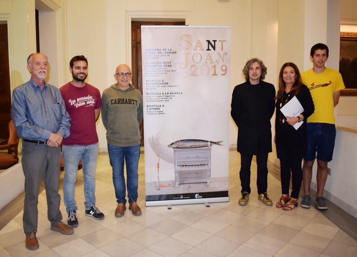 Els representants de les entitats, amb David Ymbernon i el regidor Pere Camps