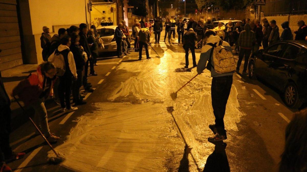 Els activistes, en plena acció al carrer Prat de la Riba