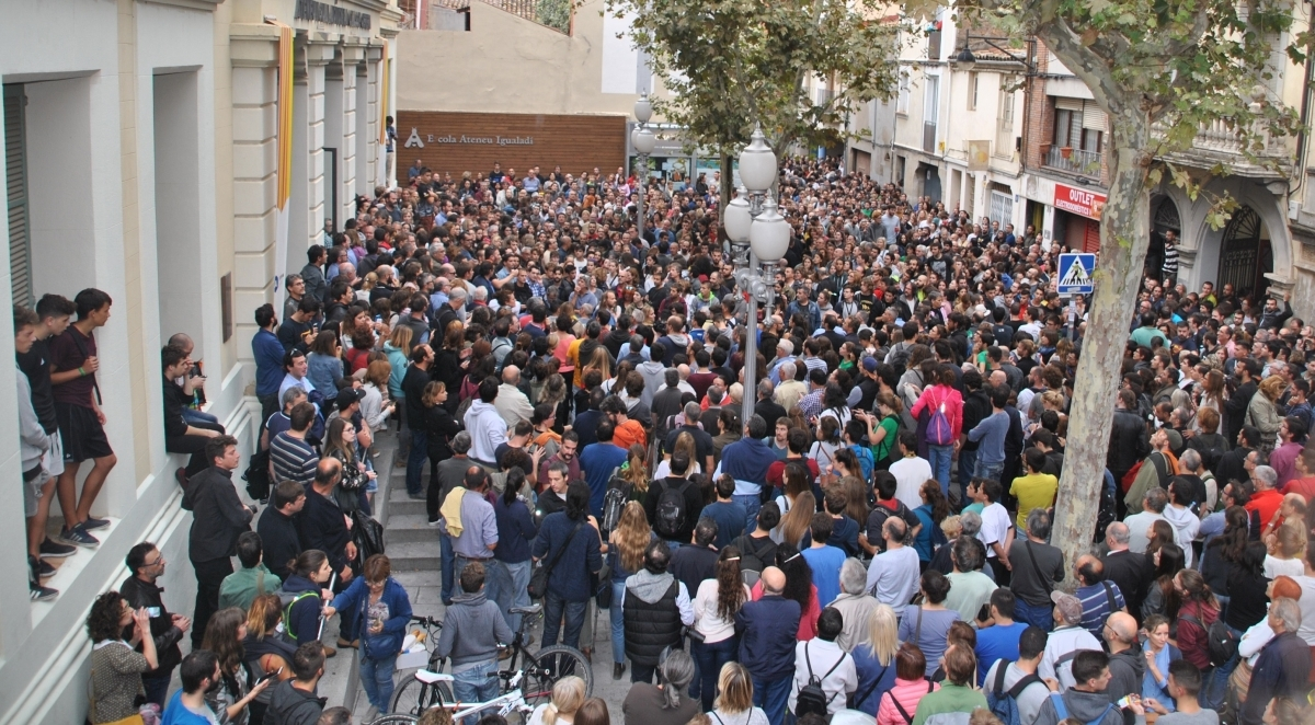 La placeta exterior de l'Ateneu, plena, a les 6 de la tarda de diumenge