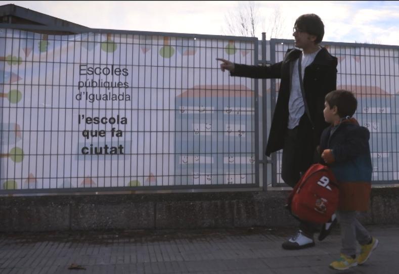 Un pare, amb un menut a les portes del Gabriel Castellà, al vídeo