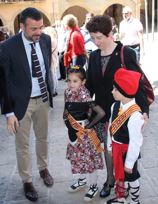 El conseller va saludar a l'hereu i la pubilla del municipi