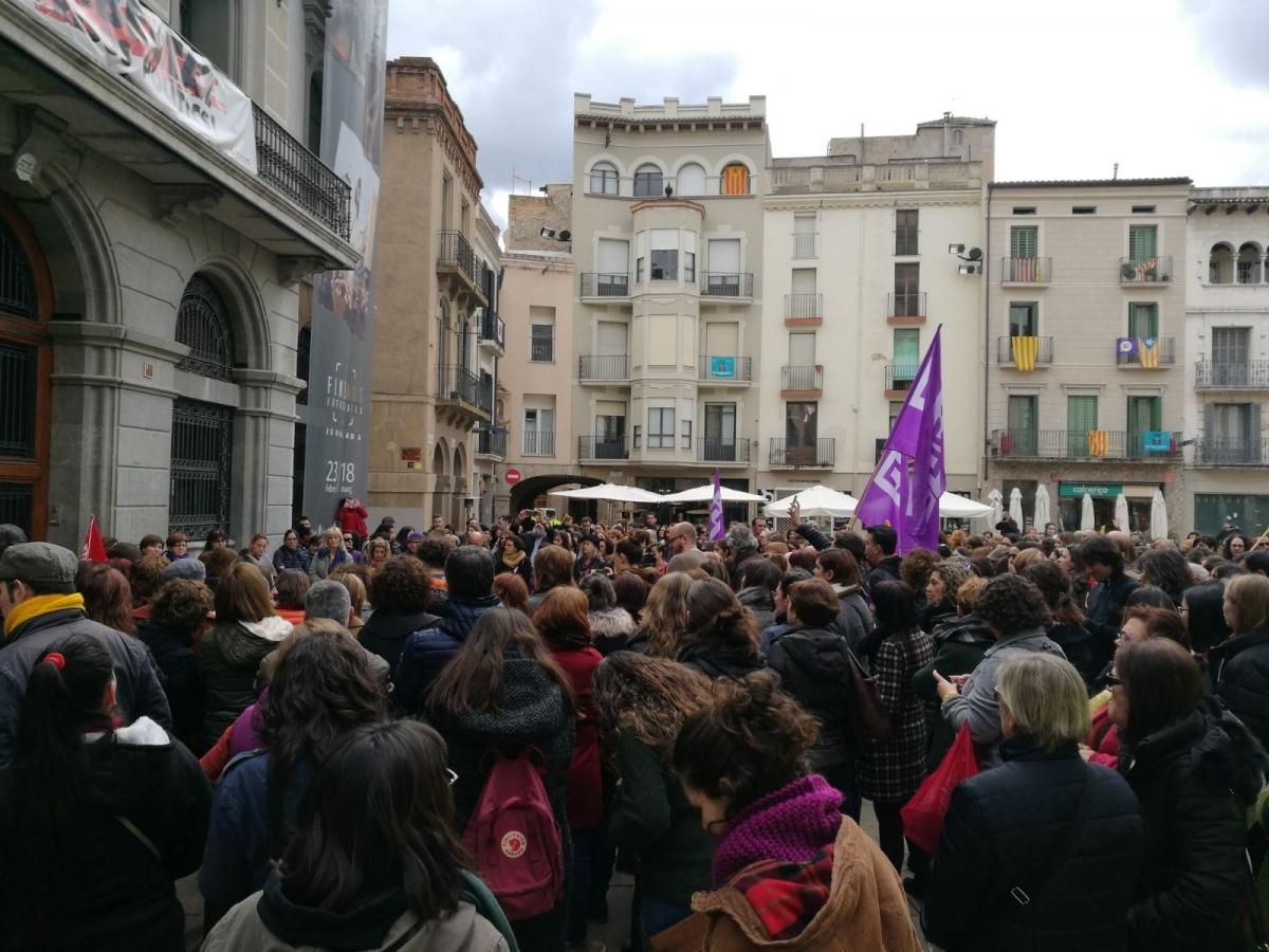 Centenars de persones a la Plaça de l'Ajuntament aquest migdia