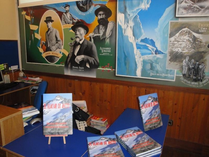 El llibre La Glacera d'Aneto amb els murals de la Libreria Desnivel.
