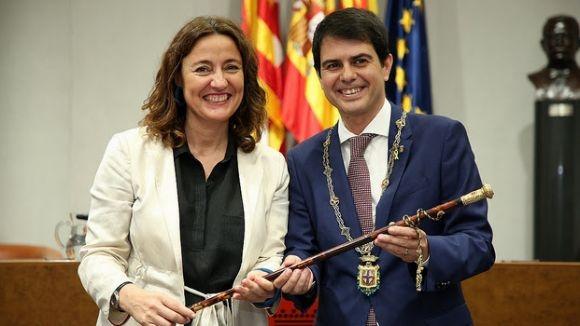 Mercè Conesa passant el relleu de la presidència a Marc Castells