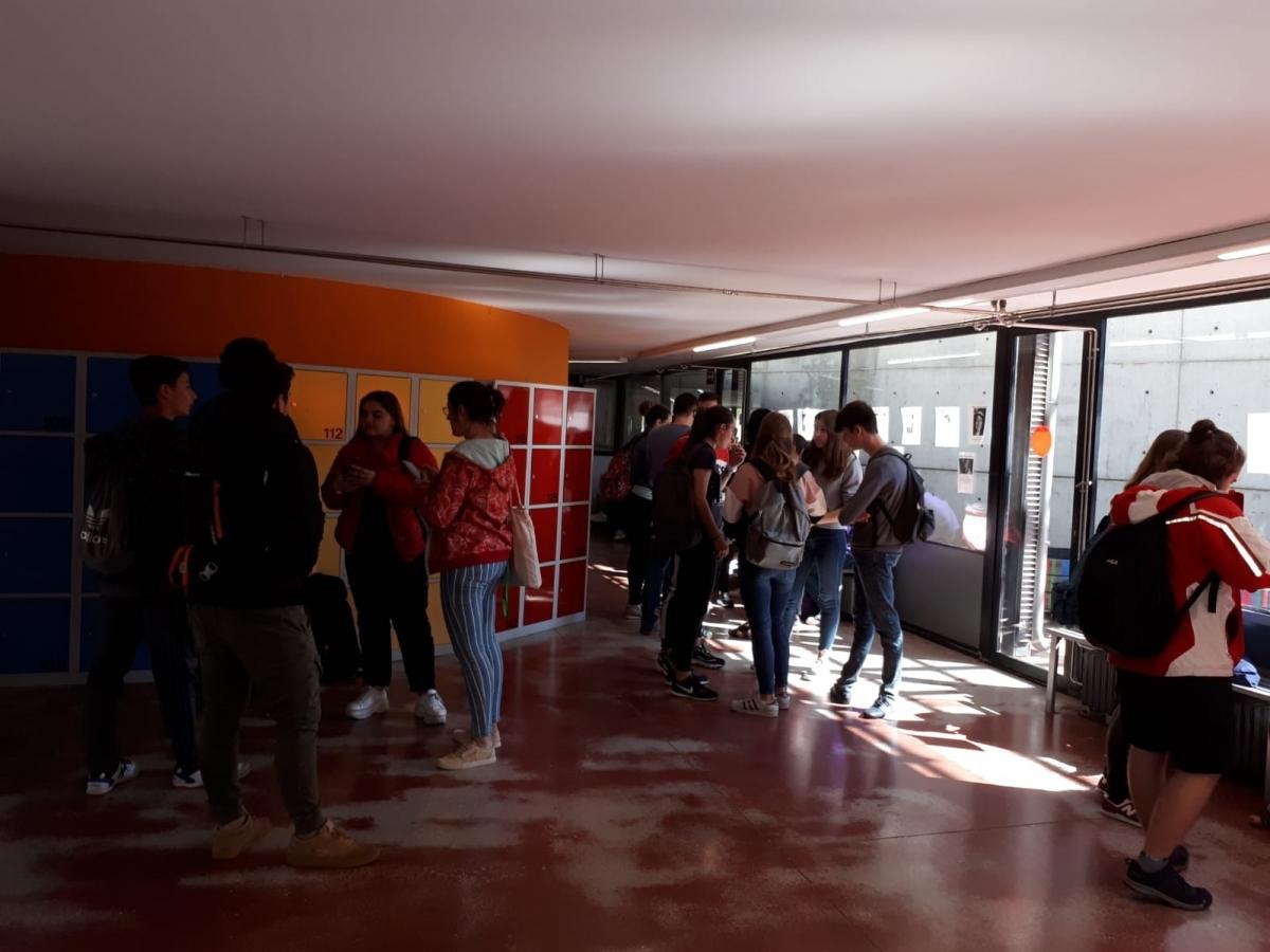 Els alumnes, expectants, a l'INS Mercader