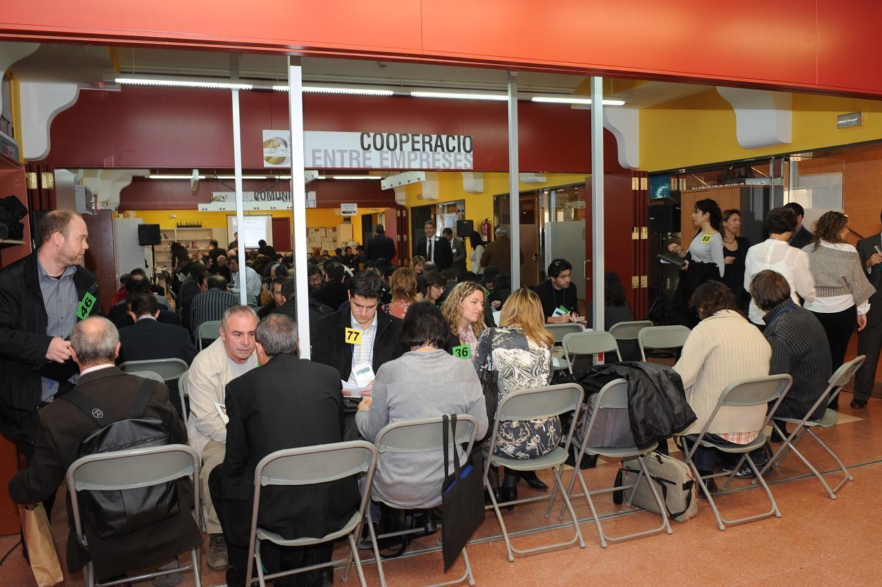 Gerents i directius empresarials fent contactes en la jornada de networking