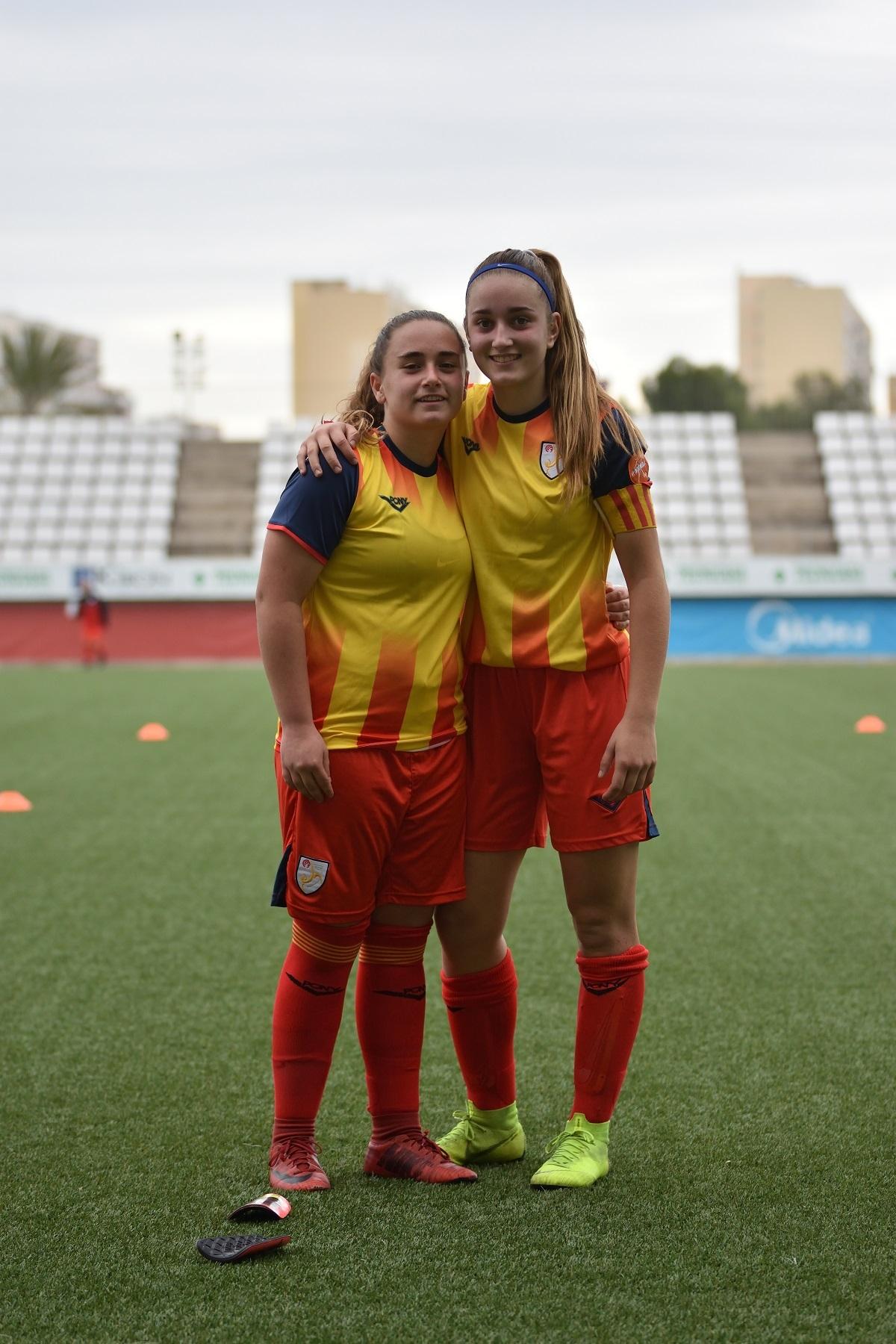 Anna, esquerra, i Laura, amb la samarreta de Catalunya
