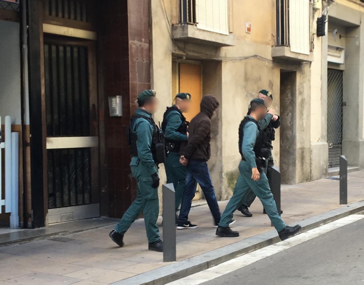 Agents de la Guardia Civil surten de l'immoble amb un jove detingut (Foto: Toni Cortès)