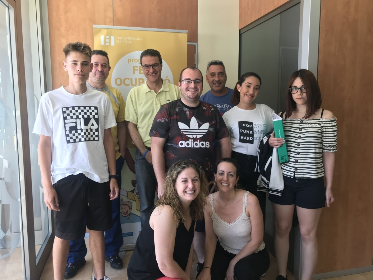 Els joves que han acabat el curs, en una fotografia amb els formadors de la UEA