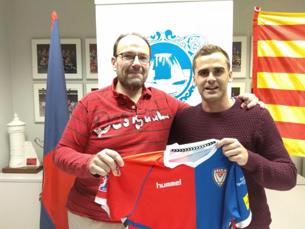 El president Manel Burón, amb el jugador