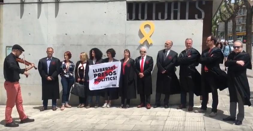 El grup AdvoCAT's, format per dvocats, advocades, procuradors i procuradores es manifesten cada divendres per la llibertat dels presos polítics davant els jutjats d'Igualada