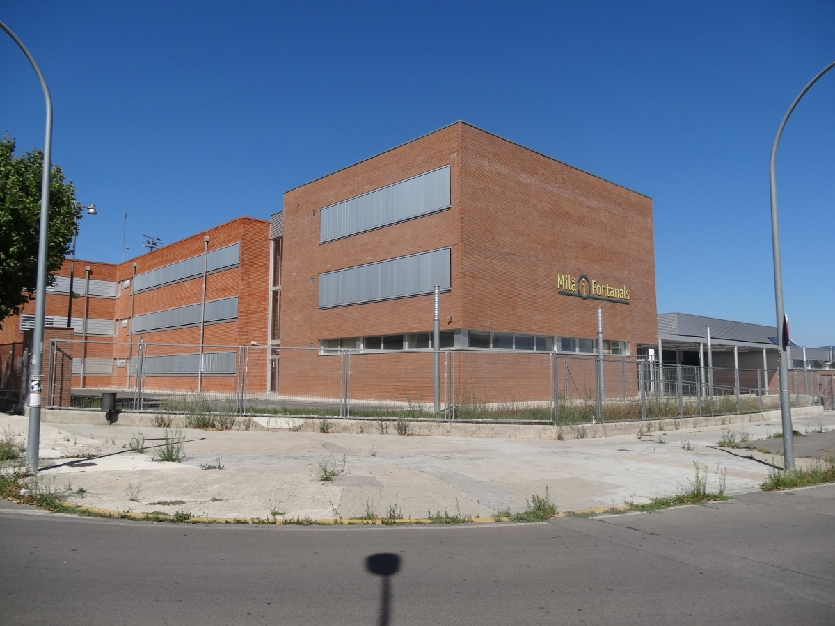 L'exterior del centre educatiu, a l'oest d'Igualada