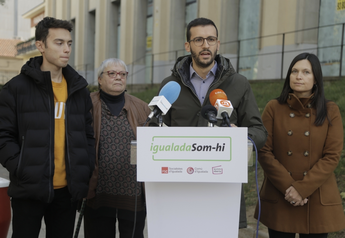 Cuadras, al costat de membres del grup i davant de l'edifici de Cíclope