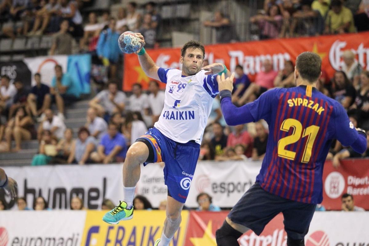 Una acció d'un atacant del Granollers davant el Barça, en un partit de la Supercopa 2018