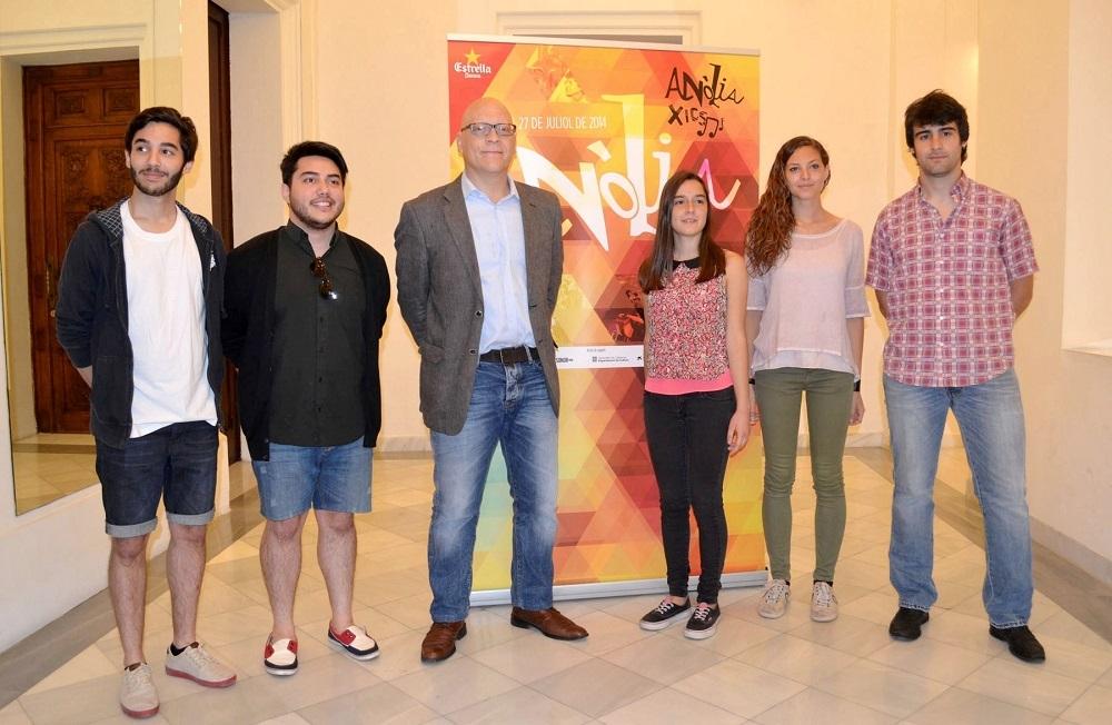 Dos integrants del grup capelladí Pribiz, el tinent d'alcalde Josep Miserachs, Ariadna Bonet, Adriana Muntané i Cels Burgès
