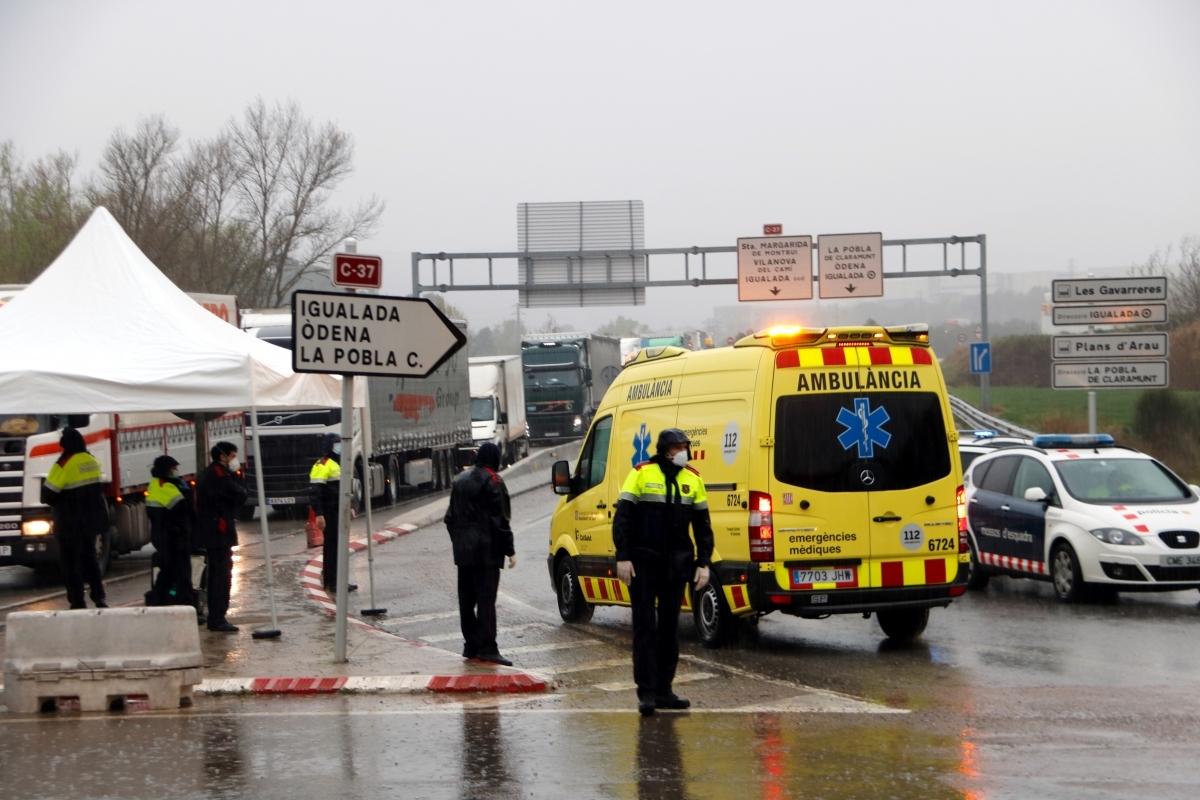 Un vehicle d'emergències, en un control als accessos, el dia 16