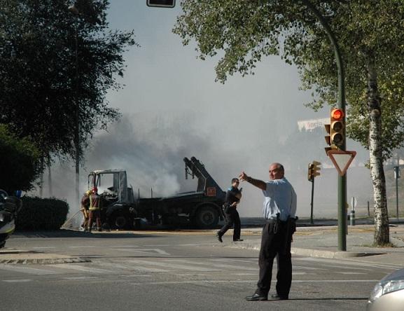 Els bombers apagant el camió incendiat