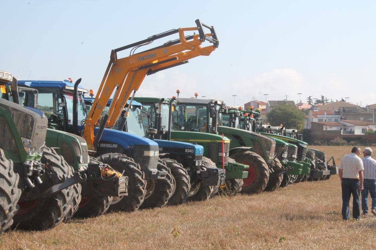 La filera de tractors que va prendre part en el concurs