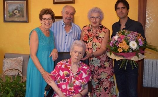 Balbina Farré, acompanyada de familiars i representants municipals