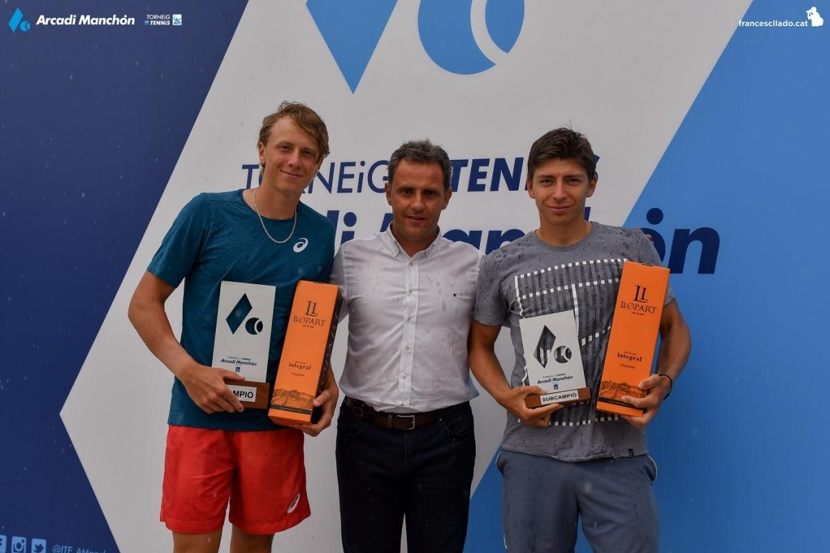 Manchón, al centre, amb el guanyador -dreta- i el segon FOTO: F. Lladó