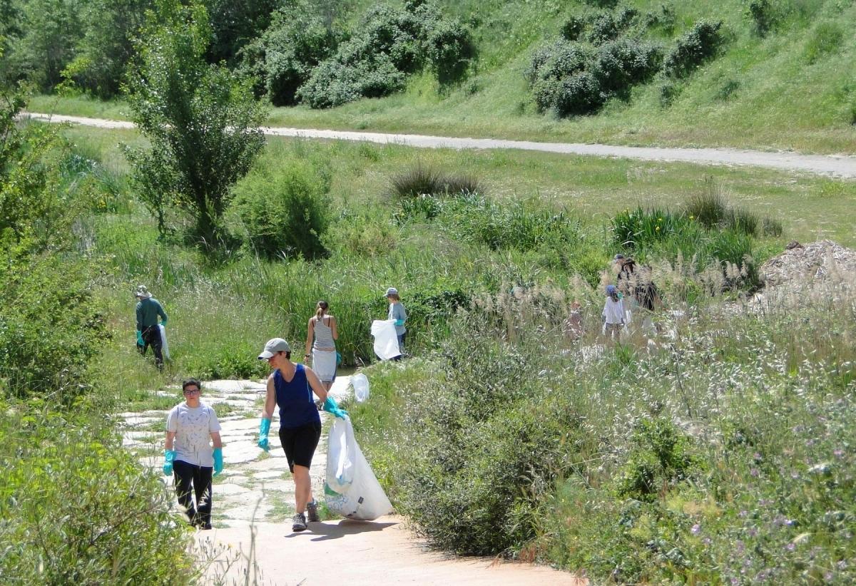 La recollida de residus va reunir 35 persones