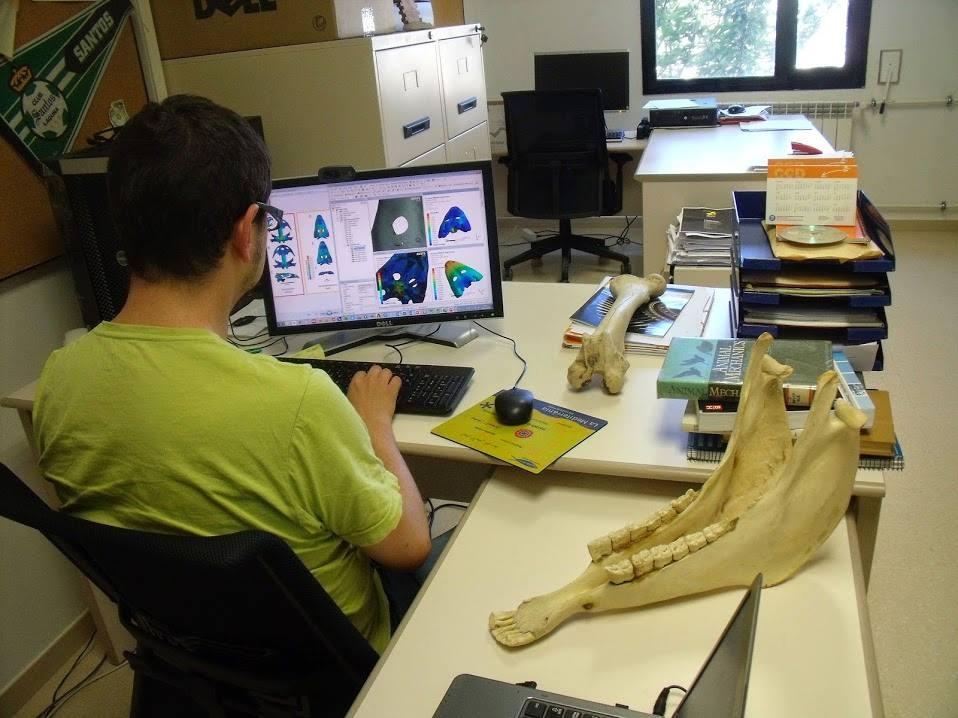 El doctor Jordi Marcé, un dels exponents de la marxa de joves cap al nord d'Europa, en una imatge al seu despatx