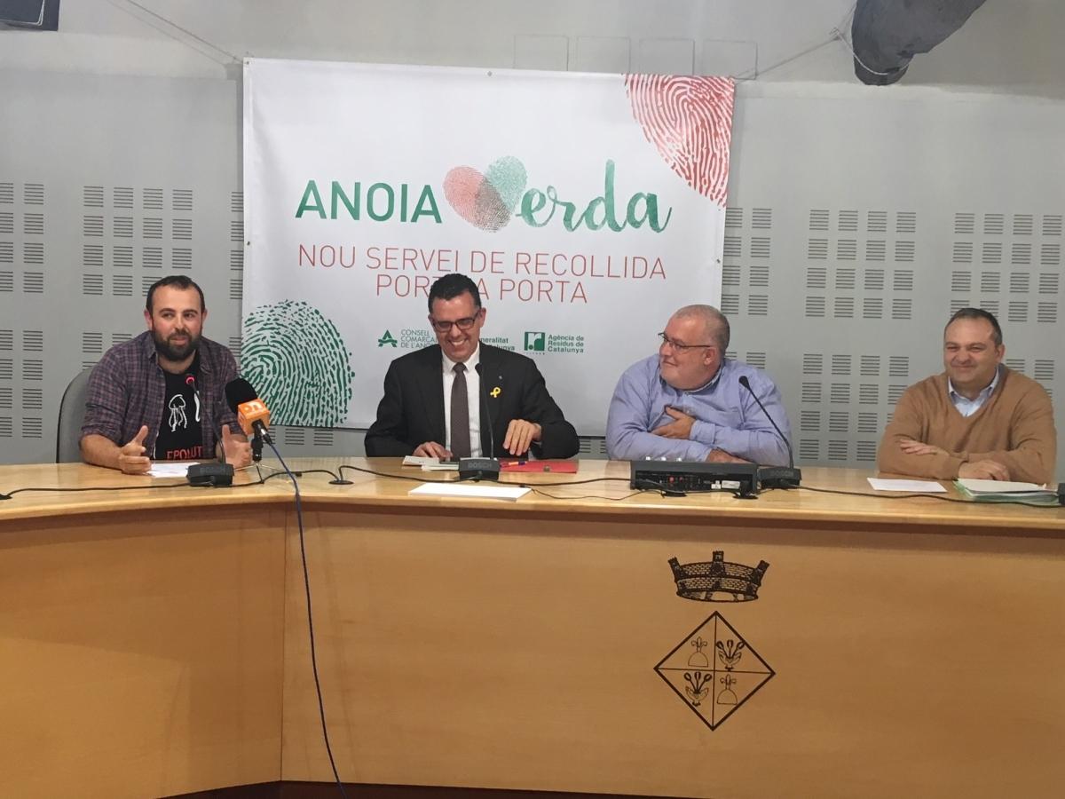 L'humorista, a l'esquerra, amb els responsables del Consell Comarcal