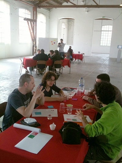 Cada grup intercanvia idees