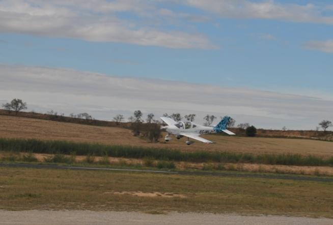 Una avioneta, a la pista de l'Aeròdrom