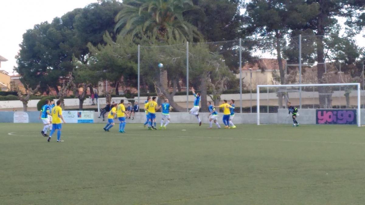El gol inicial del Vila-seca, a la imatge, en una rematada de cap