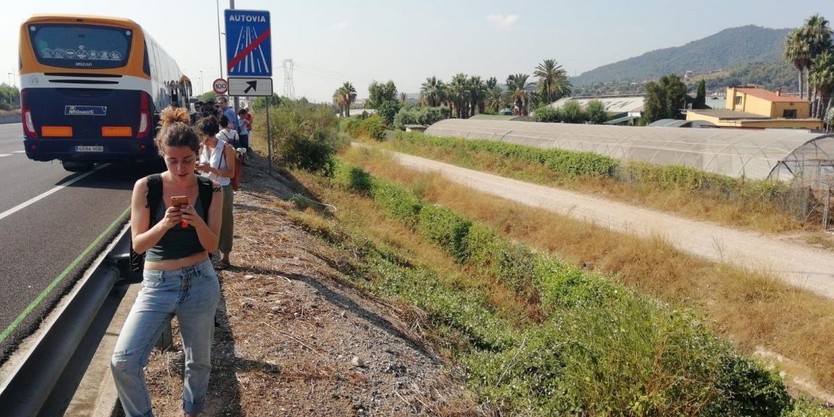 Els passatgers, rere la valla de l'A-2 FOTO: C. Duran
