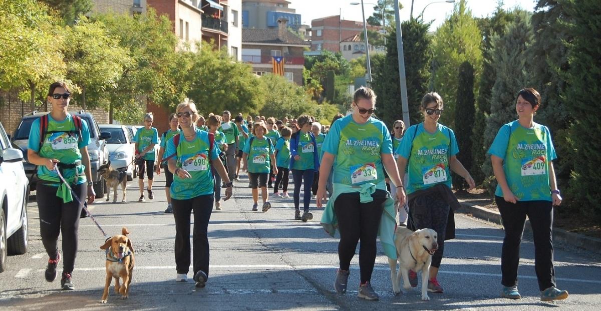 Alguns dels 700 caminants que van prendre part a l'Alzheimer Race