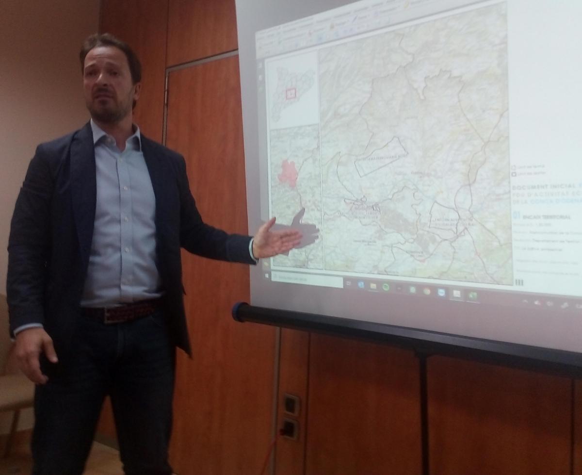 Pepe Singla, davant un mapa de la Conca