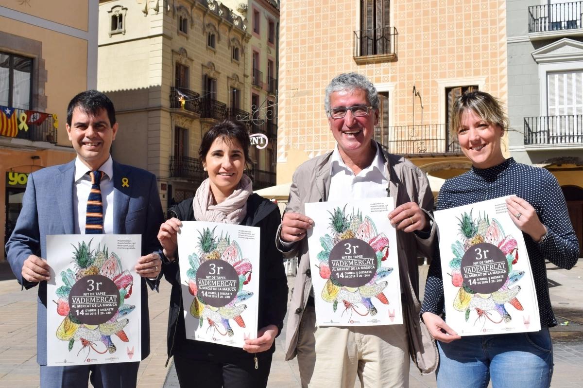 L'alcalde Marc Castells, esquerra, amb els representants del Mercat, Montserrat Esquius, i de l'associació