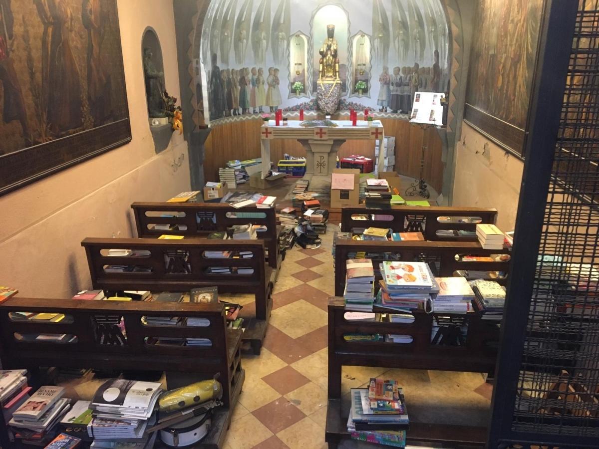 Alguns dels llibres del magatzem, a la capelleta de la Mare de Déu de Montserrat