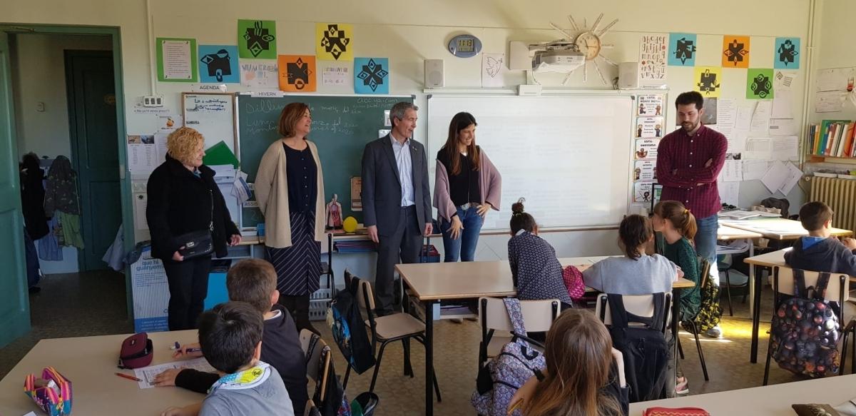 Josep González-Cambray, director de centres públics, al centre, amb Mireia Claret, presidenta de l'Ateneu