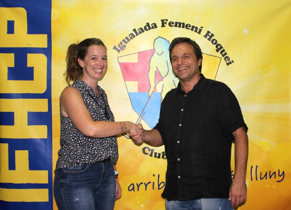 L'ex portera, en una fotografia amb el president de l'entitat