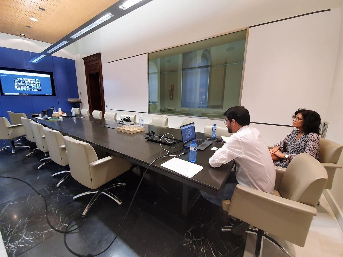Els membres del govern van atendre les escoles per via virtual
