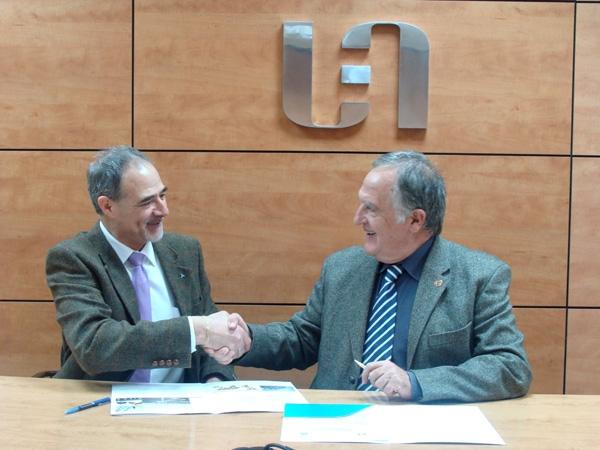 Ramon Felip, president de la UEA, i Ramon Moya, Delegat de TÜV Rheinland a Manresa, signen el conveni