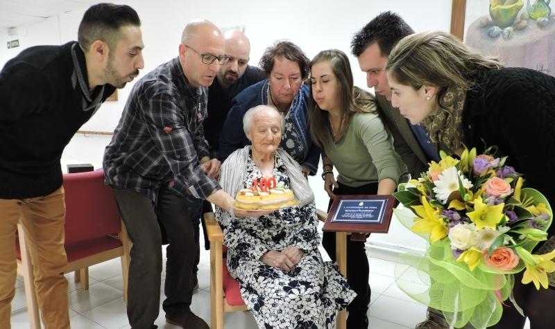 El moment de la bufada d'espelmes de l'àvia centenària