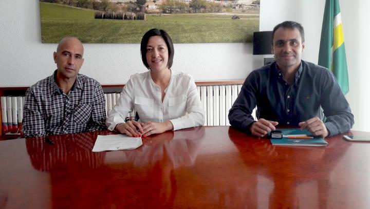 El regidor Grados, l'alcaldessa Trucharte i el gerent de Voracys, durant la firma