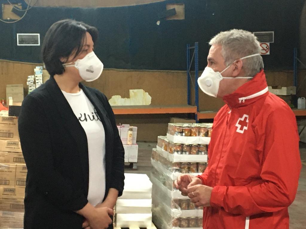 Noemí Trucharte conversant amb el coordinador de Creu Roja a Catalunya, Enric Morist