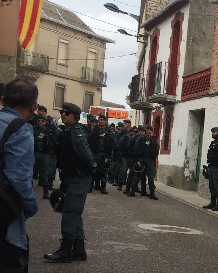 Uns 150 agents de la Guàrdia Civil han envoltat un col·legi a Montmaneu
