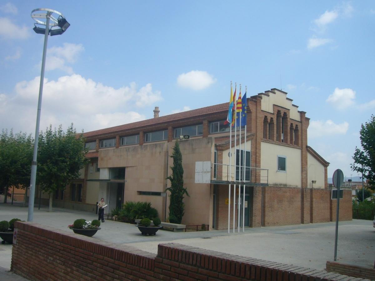L'edifici consistorial, a la carretera de Valls