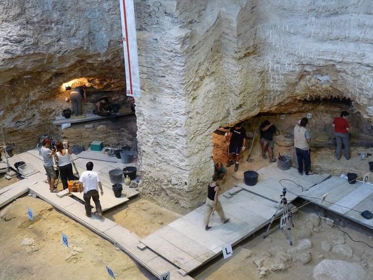 Eudald Carbonell és el director de les excavacions a l'Abric
