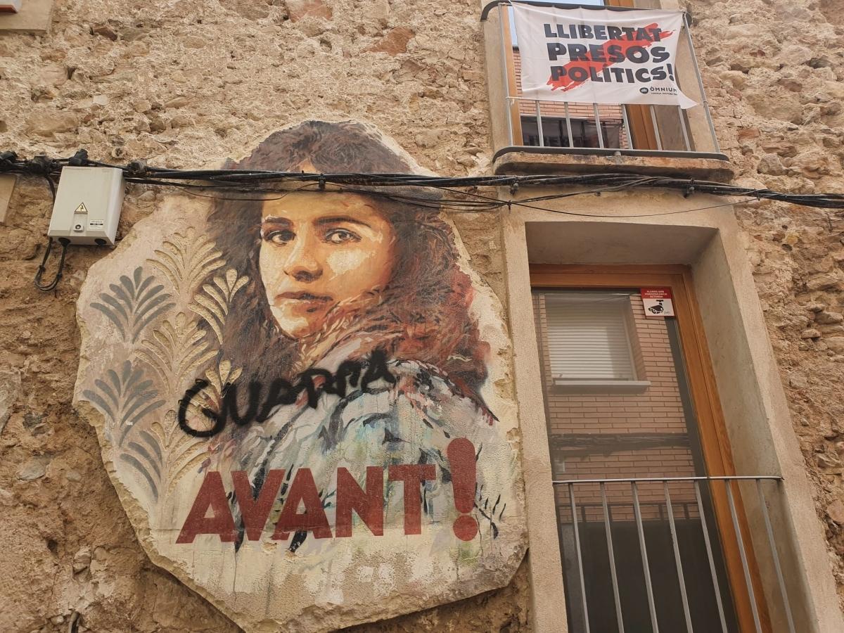 Una imatge de l'actriu Betty Bronson, amb la tipografia dels cartells de Carles Fontseré, atacada al Rec