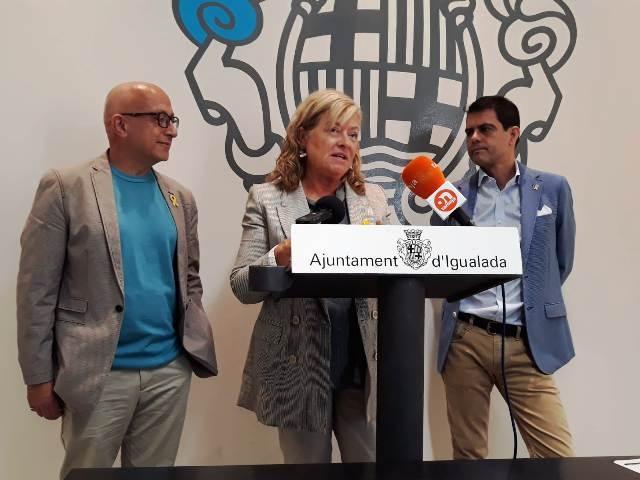 El regidor de Cultura, Pere Camps, i el batlle Marc Castells, amb una representant de l'organització
